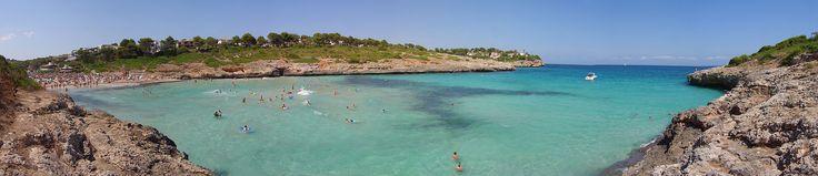 Mallorca Cala Mandia bei Portocristo Aug08 - Espanha – Wikipédia, a enciclopédia livre > Panorama de Cala Mandia, em Mallorca, nas Ilhas Baleares.