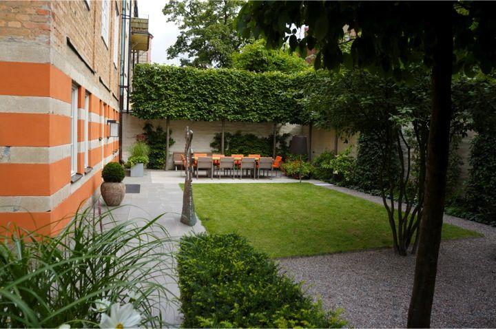 privat trädgård i staden