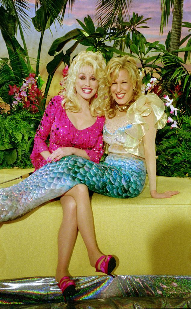 """Bette Midler and Dolly Parton in a scene from the sitcom """"Bette."""" Photo: SPIKE NANNARELLO, STR / CBS"""