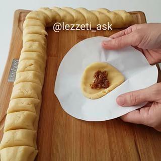 Hem kendisi hemde içi incirli kurabiyelere ne dersiniz ❤ Poşetle hemen dakikalar içerisinde tepsi tepsi incir kurabiyeler yapmak mümkün Hamuru kıyır kıyır çayınınız yanına eslik edecek, soguk havalarda çok iyi gidecek nefis bir lezzet.. ❤ Hamur kesme bıcagım @bambum İncir kurabiye 200 gr oda sıcaklığında tereyağı 1 çay bardağı sıvı yağ Yarım çay bardağı şeker 1 dolu yemek kasığı yoğurt 1 yumurta 1 paket vanilya 4-4.5 su bardağı kadar un İç harcı; 8-9 adet kuru incir 2-3 yemek kaşığı toz...