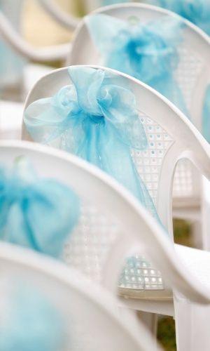 Se o casamento for ao ar livre e o orçamento for baixo, uma boa pedida é enfeitar cadeiras brancas de plástico com laços de cetim ou tule. Assim, é possível dar sofisticação a uma cadeira convencional e todo glamour que a ocasião pede