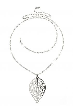 inspired by the patterns of nature, this intricately crafted #sautoir #necklace showcases a playful leaf pendant I NEWONE-SHOP.COM