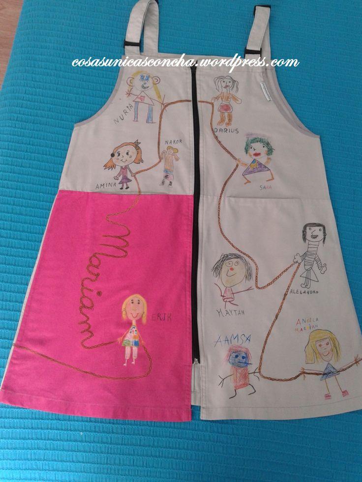 Baby para profesora de regalo de fin de curso con los dibujos de sus alumnos de como la ven a ella.