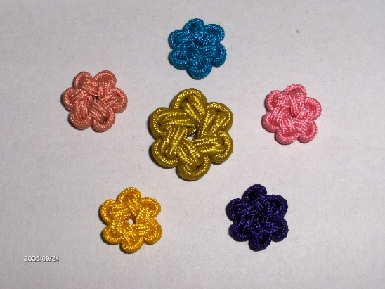 Flower knots. This site has directions for many different types of knots. The site is in Korean, but directions are shown in pictures and easy to follow. The owner of the site makes beautiful knots.