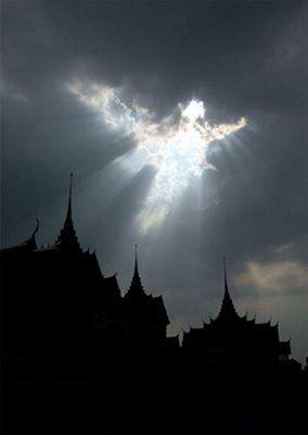 Engel goed zicht baar tegen de donkere lucht lb xxx