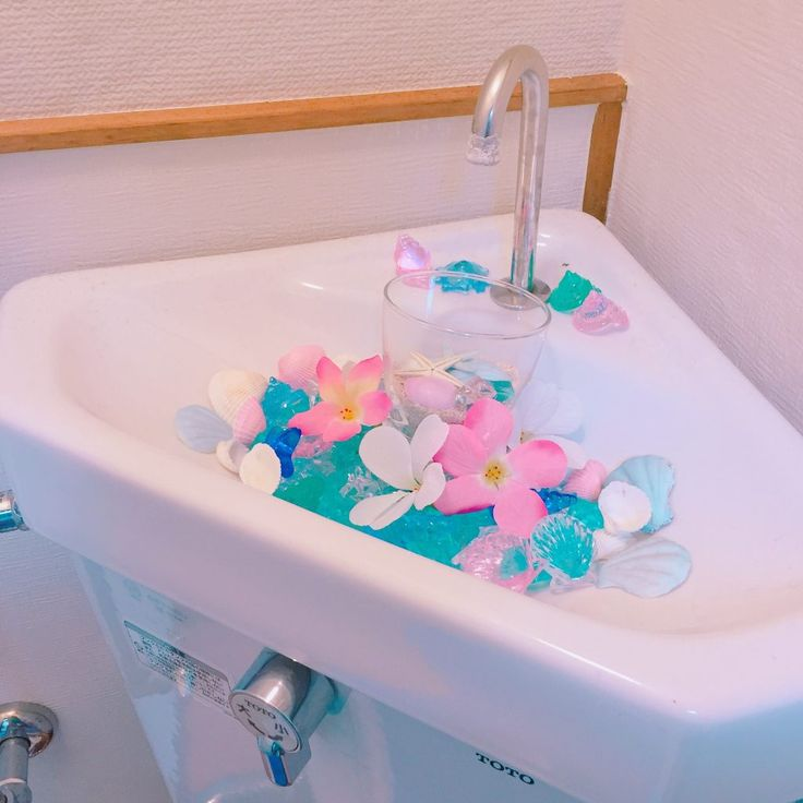 どうも、トイレがダサい男東京代表の木村賢司です。 我が家のトイレがどのような状態かと言いますと、 1畳ほどのスペースに便器がポツン。便座カバー、マットは100均のペラペラなもの。天井付近に突っ張り棒を張り、トイレットペーパーをストック。 それ以外は何もありません。 あまりにも殺風景でかつダサ過ぎるので100均の力を最大限に引き出すことにしました。 ◯購入品 ・ガラスのコップ ・プラスチックの石のような飾り ・貝殻の形をしたガラスの飾り ・ヒトデの飾り ・貝殻 ・造花をいくつか ・布製でポケット付きの壁にかけるあれ ・リメイクシート 以上。 まずはコップにガラスの飾りを入れて貝殻とヒトデの飾りを入れます。 次に手を洗うボウルの部分にプラスチックの石のような飾りをジャラッと入れて、その上に先ほど用意したコップを水が落ちてくる位置に設置します。 次に造花の花の部分だけを切り取ってコップの周りに並べます。 最後に余った貝殻を適当に飾っていきます。 すると、 … … こんな感じに。 どうですか?100均だけでもなかなか可愛くできますよね。かかった費用も800円に抑えられました。 … ……
