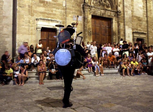 Michele Roscica, uomo orchestra partenopeo. Nuovo tamburo prodotto per la musica itinerante. Il problema dell'ampliicazione. Tacabanda, one man band.