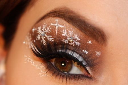 Christmas just around the corner and you still do not know how to do makeup? Try 6 different makeup looks this holiday season, and make your...