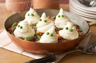 Scary Skillet Shepherd's Pie- This ghost in the graveyard meals is super cute! #halloweenfoods