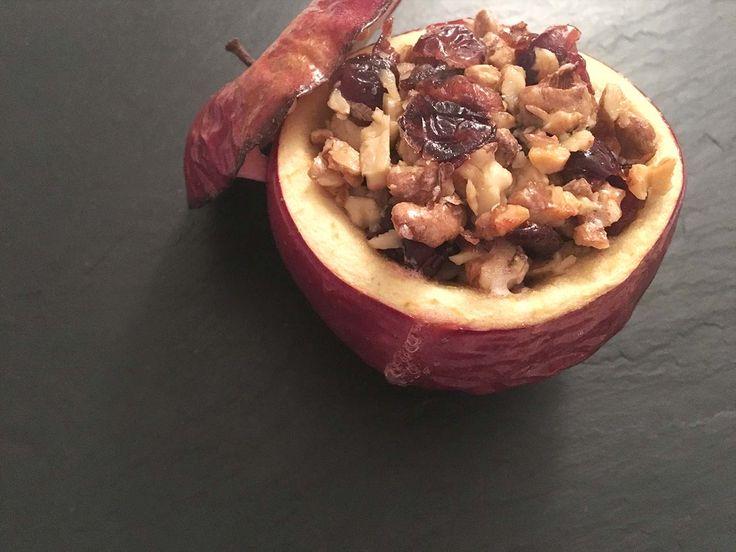 Gefüllter Bratapfel Unser Bratapfel wird mit Nüssen, getrockneten Weinbeeren und Bienenhonig gefüllt. Ein naturbelassenes, herbstliches Dessert mit herrlichem Fruchtgeschmack. Einfach und schnell zubereitet.