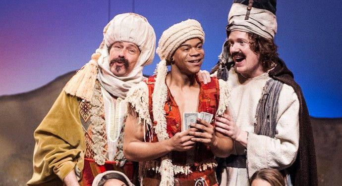 Hier zie je dat Ali Baba blij is en feest viert omdat hij het geld heeft gepakt.