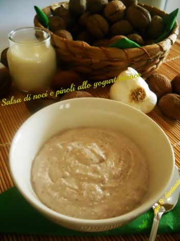 Salsa di noci e pinoli con yogurt bianco.Ricetta per condimento