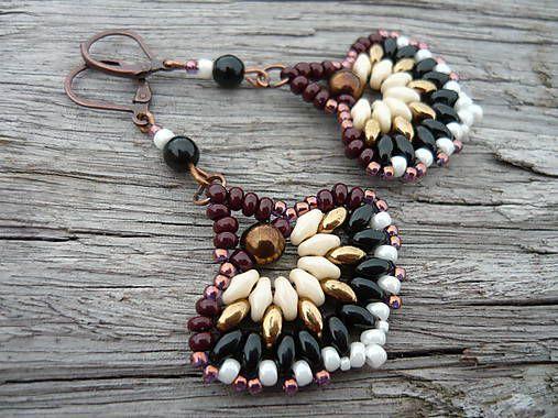 - Krásne, šité, korálkové náušnice - V barvách béžové, perleťovohnědé a černé - Vyrobila jsem je z korálek preciosa superduo, rokajlu a tvarovaných korálků - Zapínání je měd...