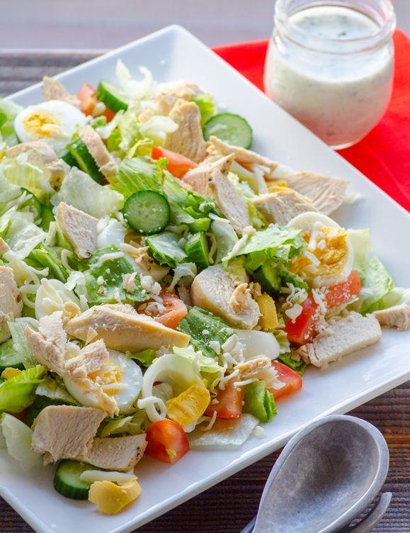Az egyik kedvenc salátám, mert önmagában is tápláló, de akár köretként is felszolgálhatjuk. Próbáljátok ki, ezt még a kicsik is szeretik! Hozzávalók: 1 kisebb jégsaláta 1 kígyóuborka 2 paradicsom 1 kisebb csirkemell 2 tojás 10 dkg reszelt parmezán 2 gerezd fokhagyma 3-4 evőkanál olívaolaj só, bors Elkészítése: A tojásokat megfőzzük. A húst átkenjük a fűszerekkel...Olvasd tovább