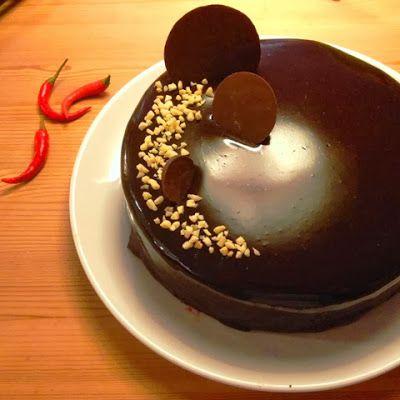 Jeg er forelsket... Jo det er jeg altså. Mit hjerte er faldet for dennespejl blanke glaze til kager, det ser så fantastisk indbydende ud. ...
