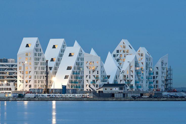 """L'Iceberg / CEBRA + JDS + SeARCH + Louis Paillard Architects (Danemark). L' Iceberg fait partie des premiers projets qui seront terminés dans le nouveau quartier d'Aarhus C au Danemark, un """"dockland"""" de 800.000m² transformé pour accueillir 7000 habitants et 12.000 bureaux. C'est l'un des développements les plus importants pour une ville portuaire en Europe, selon ArchDaily."""