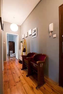 Projekt mieszkania: styl , w kategorii Korytarz, przedpokój i schody zaprojektowany przez Za murami za dachami