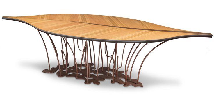 Fenice è un tavolo robusto, semplice ed elegante, dal design esclusivo e moderno a forma di foglia, adatto ad ogni tipo di arredamento. Una foglia leggera, sospesa, impalpabile, che volteggia nel vuoto, ma allo stesso tempo destinata a durare nel tempo, solida come il noto Teatro Veneziano, dal quale si è ispirato. By Vg New Trend. [www.viadurini.it]