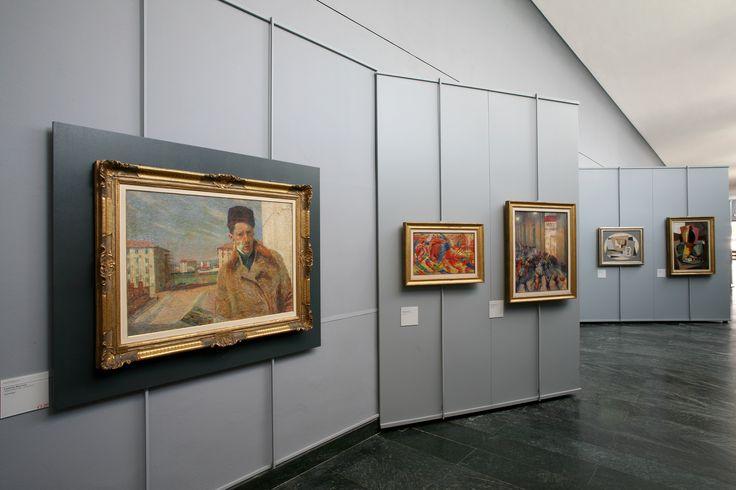 """Umberto Boccioni """"Autoritratto"""" - """"La città che sale"""" - """"Rissa in galleria"""", Gino Severini """"Natura morta con la fruittiera"""" - """"Grande natura morta con zucca""""."""