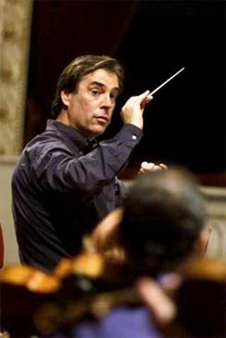 MaximilianoValdez Director de Orquesta con trayectoria en EE.UU. y Europa. Es uno de los directores chilenos de mayor prestigio internacional, director de la Orquesta Sinfónica del Principado de Asturias desde hace 14 años y director de la Orquesta Nacional de Puerto Rico, también ha dirigido a la Orquesta Sinfónica de Chile y la Orquesta del Teatro Municipal de Santiago.
