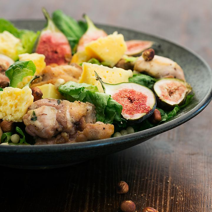 Salad with oven baked chicken and fresh figs