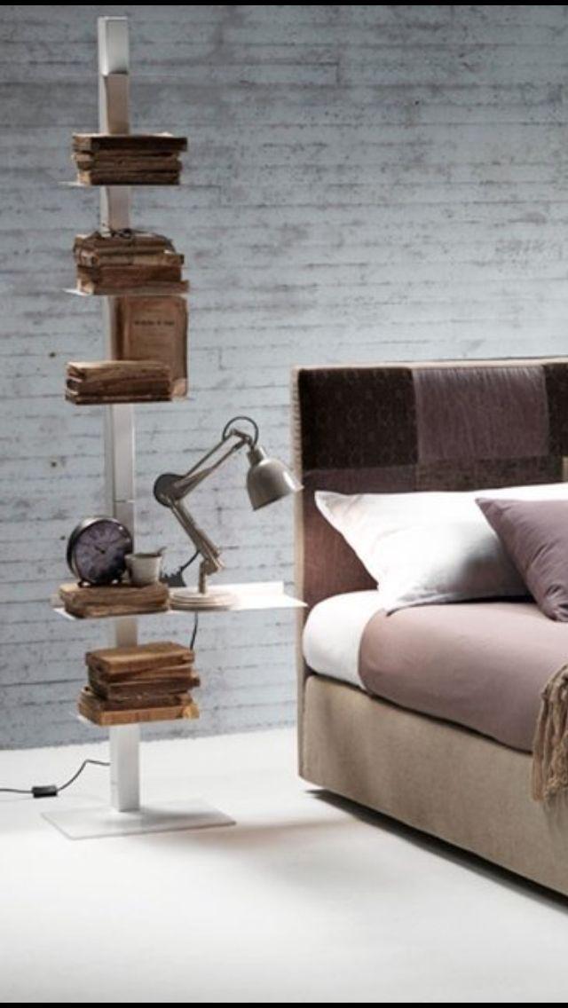 Comodino...alternativo. Libreria in verticale con un ripiano più lungo che funge da comodino nella bedroom.