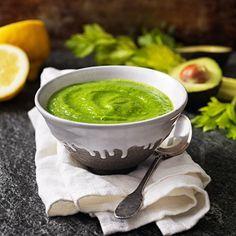 Starta morgonen med en kickstart! Mixa en grön smoothie och sleva i dig ur en skål. Kombinationen selleri, avokado, spenat, ingefära, citron och chili kommer garanterat ge dig en hälsosam boost som känns i hela kroppen. Addera äppelmust för fruktig sötma.