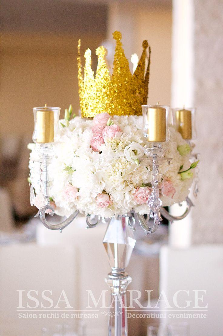 Decoratiuni florale lisianthus minirose roz pal minirose albe cu suport crislat cu lumanari auri si coronita IssaMariage