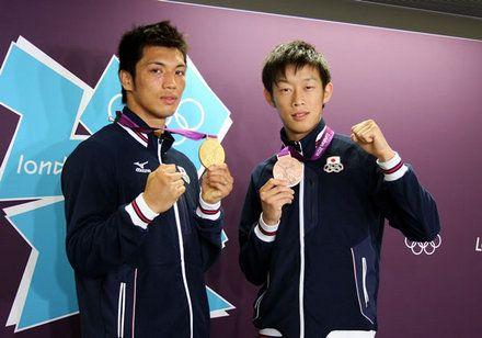 ボクシング男子ミドル75キロ級で金メダルを獲得した村田諒太選手(左)と、同バンタム56キロ級で銅メダルを獲得した清水聡選手