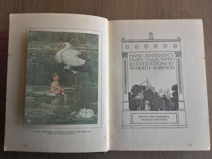 """Hans Andersen sprookjes met illustraties door W. Heath Robinson - ca. 1927  """"Sprookjes van Andersen"""" door H.C. Andersen geïllustreerd door W. Heath Robinson.Hodder & Stoughton voor laarzen chemicus Londen - ongedateerd (ca. 1927) - 316p 20cmx16cm - in goede staat: originele rode doek met vergulde titel tekst en illustratie en Boots logo; alle gekleurde 16 platen met inbegrip van frontispice zijn aanwezig en in goede staat plus 86 b/w illustraties; kleine weer. Wordt geleverd met de zeldzame…"""
