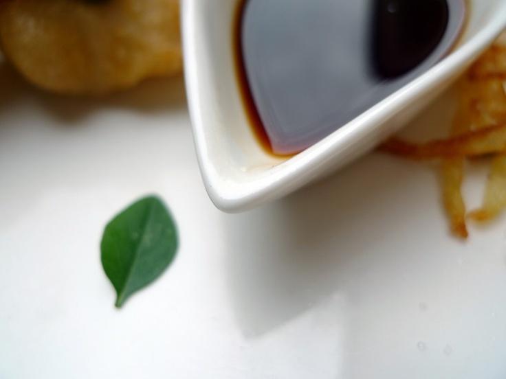 Sobre la Salsa Teriyaki dice la Wikipedia: La palabra Teriyaki deriva de la palabra Teri, que se refiere al brillo que le da la salsa, y yaki, que se refiere al método de cocinarla (asado).