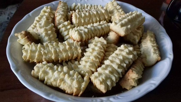 Sigur ti-i amintesti din copilarie! Sunt cei mai fragezi biscuiti ce pot fi gatiti in casa, mai ales daca ii prepari cu untura. Nu ai nevoie decat de ingrediente, masina de tocat cu formaspeciala si de reteta de biscuiti spritati si ii obtii numaidecat!