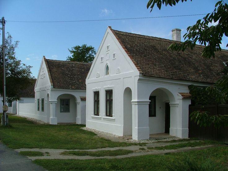 Fertőszéplak - Falumúzeum -  A Porpáczy Aladár Általános Művelődési központ kezelésében lévő Falumúzeum a falu néprajzi hagyományait, berendezési tárgyait, lakóinak életmódját mutatja be. Az öt házból álló szép, egységes, fűrészfogas beépítésű utcasor a Kisalföld népi építészetének remeke.