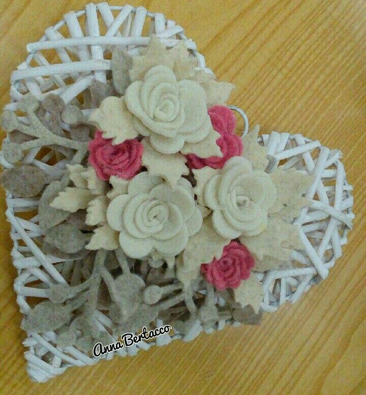 #Cuore decorato con roselline e rami in feltro# pannolenci#fiori#decori.