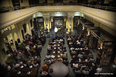 A Kosbor Trió és Turek Miklós verszenei előadása Radnóti Miklós és Gyarmait Fanni szerelméről. Bemutató az Országos Idegennyelvű Könyvtárban.