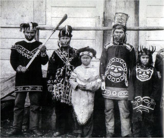Tlingits en costumes de danse,1895.Tenues  en tissu importé, décoré de perles et de boutons en os et en nacre reproduisant des motifs traditionnels.