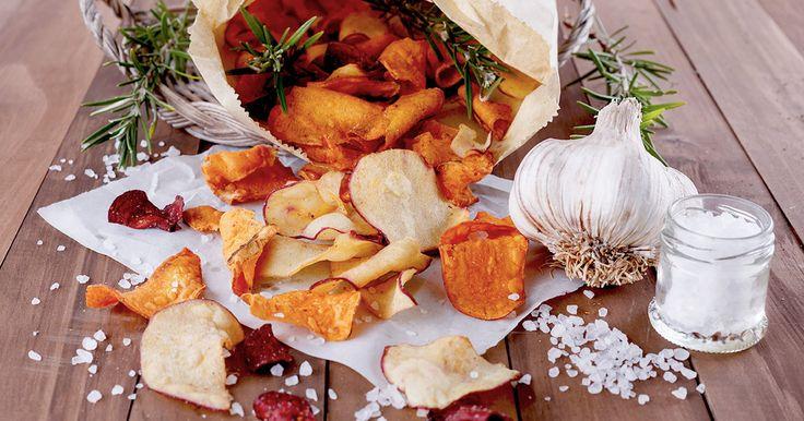 Tschüß, Kartoffelchips: Gemüsechips sind die perfekte Snack-Alternative. Wir verraten, wie ihr die gesunden Knabbereien selbst machen könnt ► auf ELLE.de