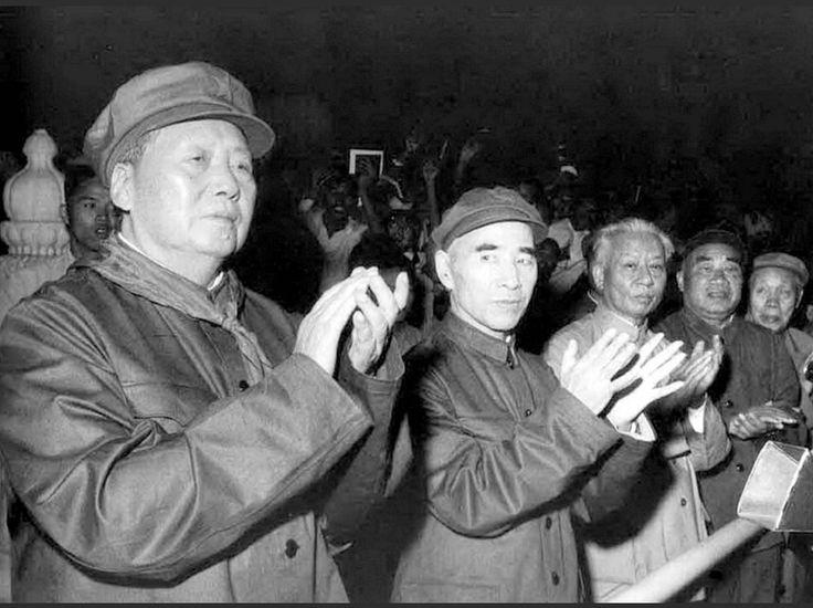 """50 ans de la révolution culturelle -Printemps 1966 : les """"gardes rouges"""" - lycéens et étudiants fanatisés par les discours de Mao - défilent avec enthousiasme devant leur idole. Du haut de la tribune, Mao les applaudit. À ses côtés, le nouveau numéro 2 du Parti, le maréchal Lin Biao, a remplacé Liu Shaoqi (troisième sur la photo) dont la chute intervient peu de temps après."""