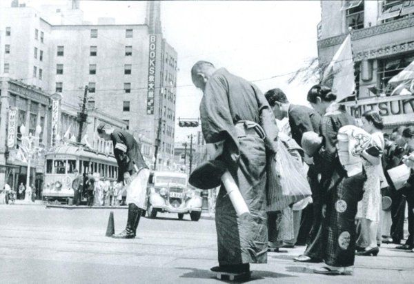 昭和17年、銀座三越前で戦死者に黙祷する人々。戦前~戦後のレトロ写真(@oldpicture1900)さん | Twitter