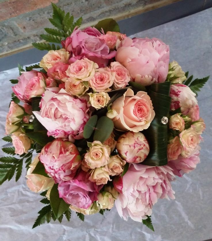 Bouquet de Mariée avec pivoines, roses, roses branchues. Tons roses