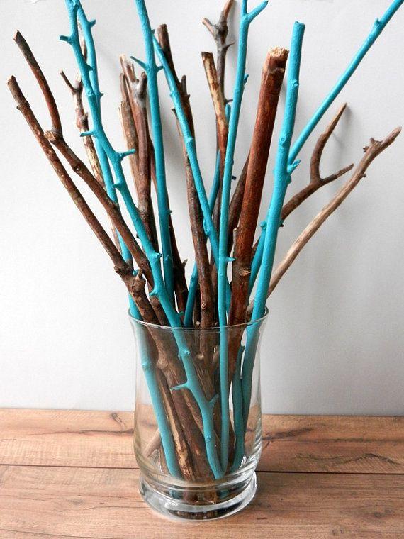 Door een paar takken een frisse kleur te geven in een vaas vol naturel takken, heb je in een handomdraai een hippe decoratie