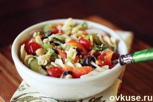 Итальянский салат с сыром и пастой