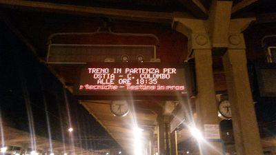 """#RomaLido: viviamo una remodulada in diretta Sliding Trains: Valentino ieri mattina era curioso di osservare il """"comportamento"""" dei nuovi pannelli luminosi e, nel breve volgere di pochi minuti vede comparire e scomparire orari sui tabelloni. Qu #roma-lido #atac #trasportopubblico"""