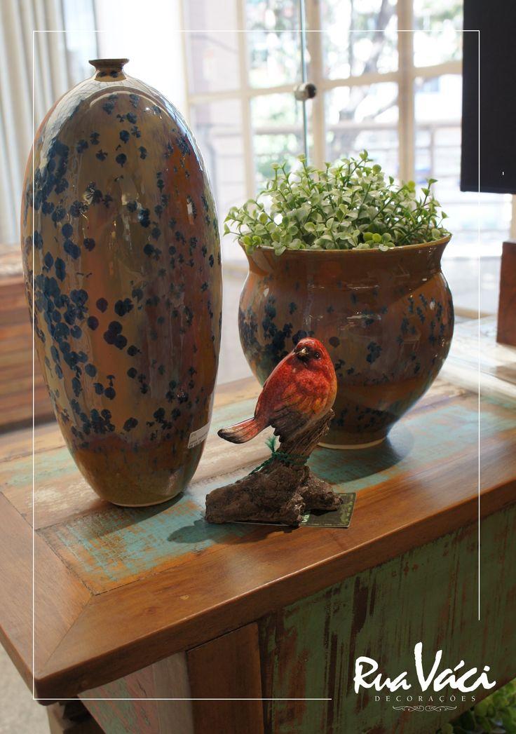 Vasos em cerâmica e pássaro em resina