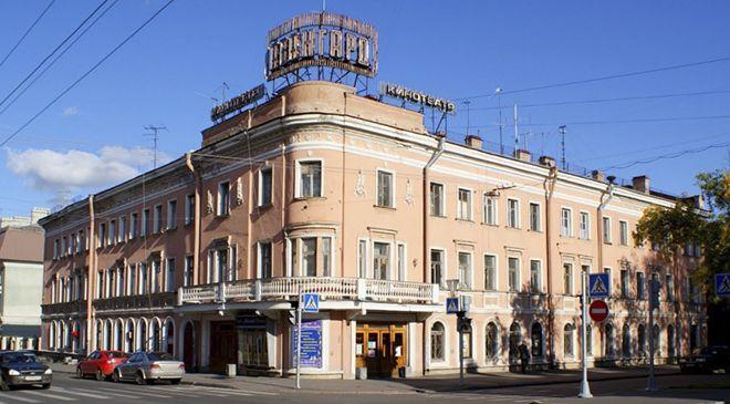 В центре города Пушкин расположился детский кинотеатр «Авангард». В уютном кинозале маленьким зрителям и их родителям предлагается бесплатно насладиться богатой фильмотекой.