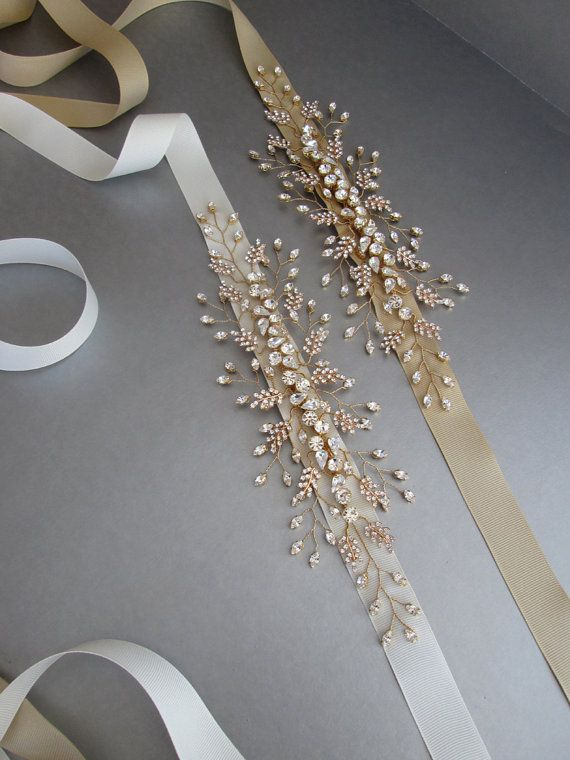 Esta delicada cinta floral se hace con los cristales de alta calidad y viene en acabado oro o plata. La parte de cristal de la correa mide unos 11