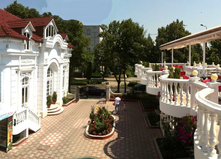 Curtea si terasa Restaurantului Casa Alba (fosta Casa Madarjac), Vaslui...  http://www.tesalut.ro/vaslui/?&mid=1&q=restaurante  (photo by casa-albavs.ro)