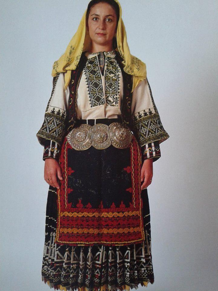 Φορεσιά Σαρακατσάνας από την ΄Ηπειρο. Ημερολόγιο 1991. Αθήνα, συλλογή Λυκείου των Ελληνίδων. Δημοσίευση από Hellenic Costume Society.