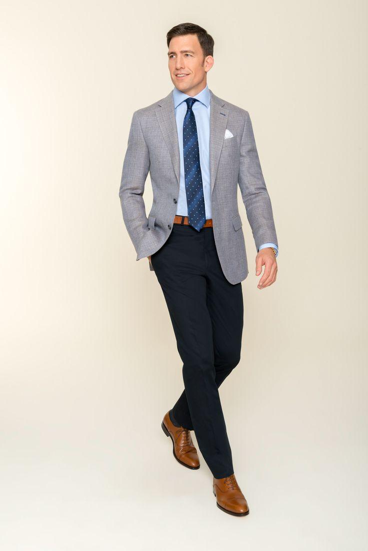 Vielseitig kombinier- und tragbar ist dieses Duo: DOLZER kombiniert souverän ein mittelgraues Sacco mit einer dunkelblauen Hose nach Maß. Das viertelgefütterte Sacco ist aus einer weichen Mischung aus Wolle und Leinen gefertigt. Die zurückhaltenden Farben machen den Slim-Fit Anzug zu einem zeitlosen Outfit in Ihrem Kleiderschrank. Wir haben für Ihren perfekten Auftritt ein Hemd in Hellblau gewählt. Sehr gut passen auch Alternativen wie Weiß oder Pink.