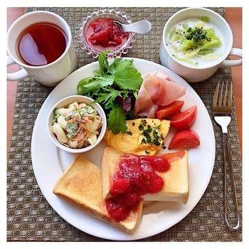厚めのトーストにたっぷりのジャムを。プレートも彩り豊かで、眺めてるだけでテンションが上がってしまう、そんな朝食です。